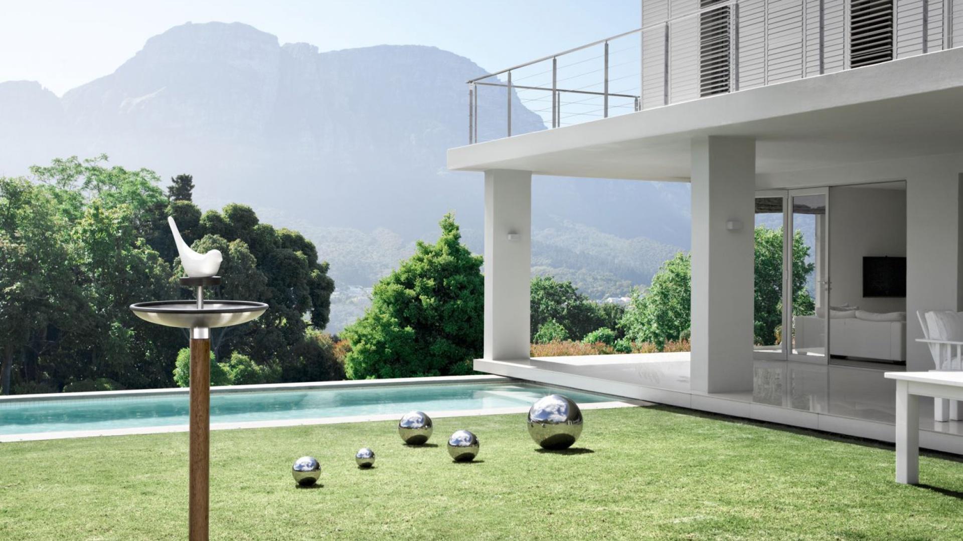 Polerowane kule dekoracyjne Bola ułożone w ogrodzie będą pięknie odbijać otoczenie, zwłaszcza wieczorem, gdy zapalimy oświetlenie. Fot. Czerwona Maszyna