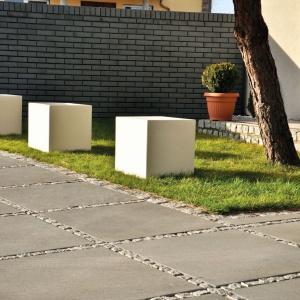 Sześcian z linii Stampo może pełnić rolę stolika w ogrodzie, siedziska czy ogranicznika do parkowania. Fot. Libet