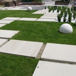 Blok betonowy Piastra z linii Completto może pełnić funkcję nawierzchni, posłużyć do budowy mebli ogrodowych, a postawiona w pionie umożliwi wydzielenie poszczególnych stref w ogrodzie. Fot. Libet