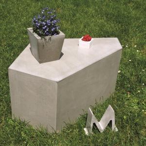 Stolik betonowy Pentagon może posłużyć za ogrodowy mebel lub po prostu, za oryginalną dekorację. Fot. Morgan & Moeller