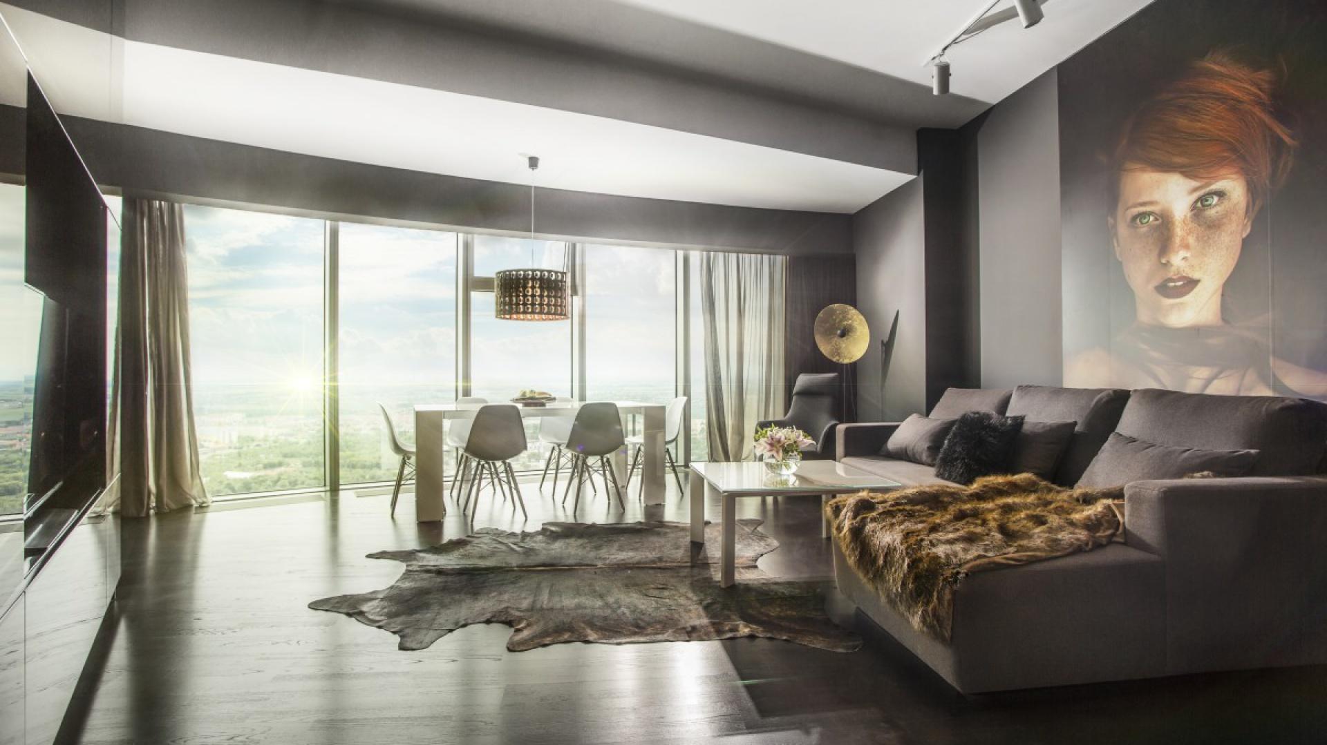 Wystrój apartamentu idealnie komponuje się z panoramicznym widokiem na Wrocław. Fot. Materiały prasowe