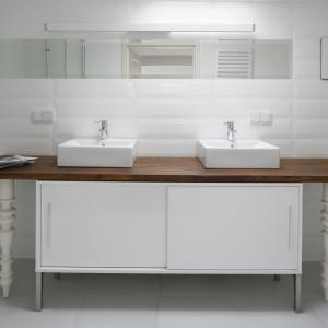 Łazienka inspirowana stylem retro: białe płytki przypominają dawne kafle, blat podumywalkowy odzyskano z dawnego stołu. Projekt: Konrad Grodziński. Fot. Bartosz Jarosz