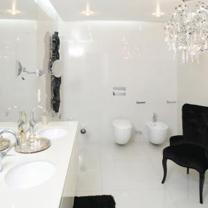 Biała łazienka urządzona w stylu glamour jest nowoczesna i wygodna, jak z luksusowego hotelu. Projekt: Katarzyna Uszok. Fot. Bartosz Jarosz
