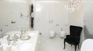 Łazienki w bieli są modne, eleganckie i ponadczasowe. Wbrew pozorom biel wcale nie musi być nudna. A jak pomysłowo i oryginalnie urządzić białą łazienkę podpowiadają architekci.