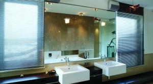 Rozbudowana, przestronna łazienka tworzy wraz z przylegającą do niej sypialnią, relaksacyjną strefę apartamentu. To obszar, któremu projektanci poświęcili sporo uwagi.