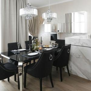 W kuchni urządzonej w stylu glamour szafki górne są zwieńczone lustrzanymi frontami, odbijającymi otoczenie i światło. Projekt: Karolina Łuczyńska. Fot. Bartosz Jarosz