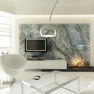 Na ścianie za TV o kominkiem piękny Lemurian Blue Granit