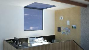 Okna zapewniają dużo światła oraz piękne widoki nocą.
