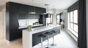 Chociaż wysoki połysk ma wielu zwolenników oraz szereg zalet praktycznych, kuchnie w macie wracają do łask. Zobaczcie 5 propozycji projektantów.