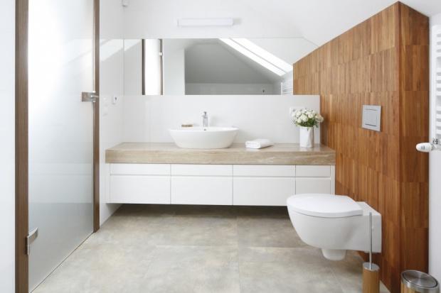 Projekt białej łazienki z drewnem