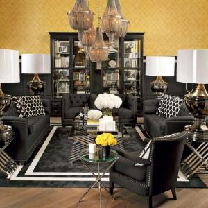 Propozycja marki Eichholtz. Na pierwszym planie fotel Gregory,  widoczne w głębi fotele oraz sofy po bokach pochodzą z kolekcji Paolo.  Marką Eichholtz sygnowane są także pozostałe meble i detale. Fot. Galeria Heban