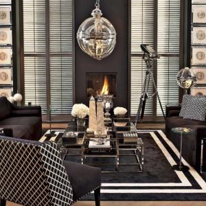 Salon glamour według marki Eichholtz. Na zdjęciu m.in. stolik Ginger o kilku szklanych blatach  i metalowej podstawie oraz fotele Columbia w efektownej tkaninie, ozdobione nitami. Fot. Galeria Heban