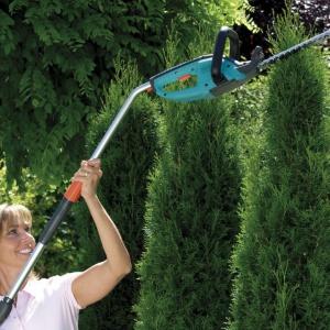 Nożyce akumulatorowe pomogą w uporządkowaniu zieleni w ogrodzie i przydadzą się zwłaszcza właścicielom ogrodów w stylu francuskim. Fot. Gardena