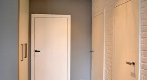 Aranżacja przedpokoju to sporyproblem, ponieważ zazwyczaj jest to pomieszczenie wąskie i mało ustawne. Zobacz jaki pomysł naaranżacjętego pomieszczeniaprzedstawianasz projektant.