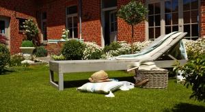 """Otoczenie domów, kwietniki, ogrody i baseny """"pod chmurką"""" już prezentują się w pełnej krasie. Mamy środek sezonu """"na zieloną trawę"""". Tylko co zrobić, gdy z jakichś powodów nie jesteśmy w stanie założyć czy utrzymać idealnego trawn"""