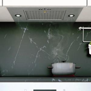 Okap podszawkowy, schowany w górnej zabudowie kuchennej. Fot. Ciarko Design