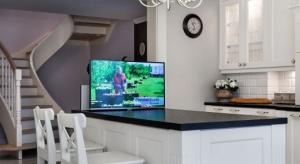 Telewizor w kuchni ma tylu zwolenników, co przeciwników. Zobaczcie kuchnie Polaków, którzy zdecydowali się na TV w tym pomieszczeniu.