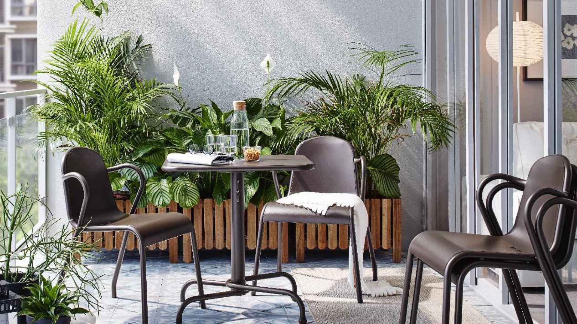 Zamiast kilku ustawionych w jednym rzędzie donic, możemy wybrać jedną, dużą drewnianą skrzynię, która sama w sobie będzie dekoracją balkonu i pomieści w sobie dożo mniejszych donic z roślinnością. Fot. IKEA
