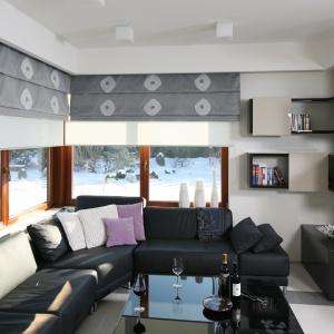 Salon urządzony w odcieniach szarości ma elegancki i ponadczasowy styl. Projekt: Małgorzata Borzyszkowska. Fot. Bartosz Jarosz