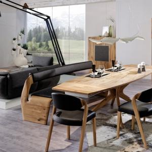Niezwykle oryginalne meble do jadalni V-Alpin łączą rysunek dębowego drewna z elegancką czernią, a wszystko zamknięte zostało w odważne formy. Fot. Voglauer