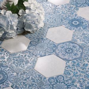 Piękne heksagonalne płytki ceramiczne utrzymane w tonacjach błękitów i bieli. Fot. Peronda Ceramica