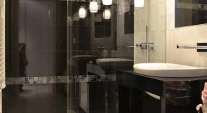 Urządzenie łazienki w bloku, która zazwyczaj ma małą powierzchnię stanowi nie lada wyzwanie. Przy aranżowaniu jej zwykle towarzyszy odwieczny dylemat: wanna czy prysznic. Nasz ekspert podpowiada jak sobie z tym poradzić.