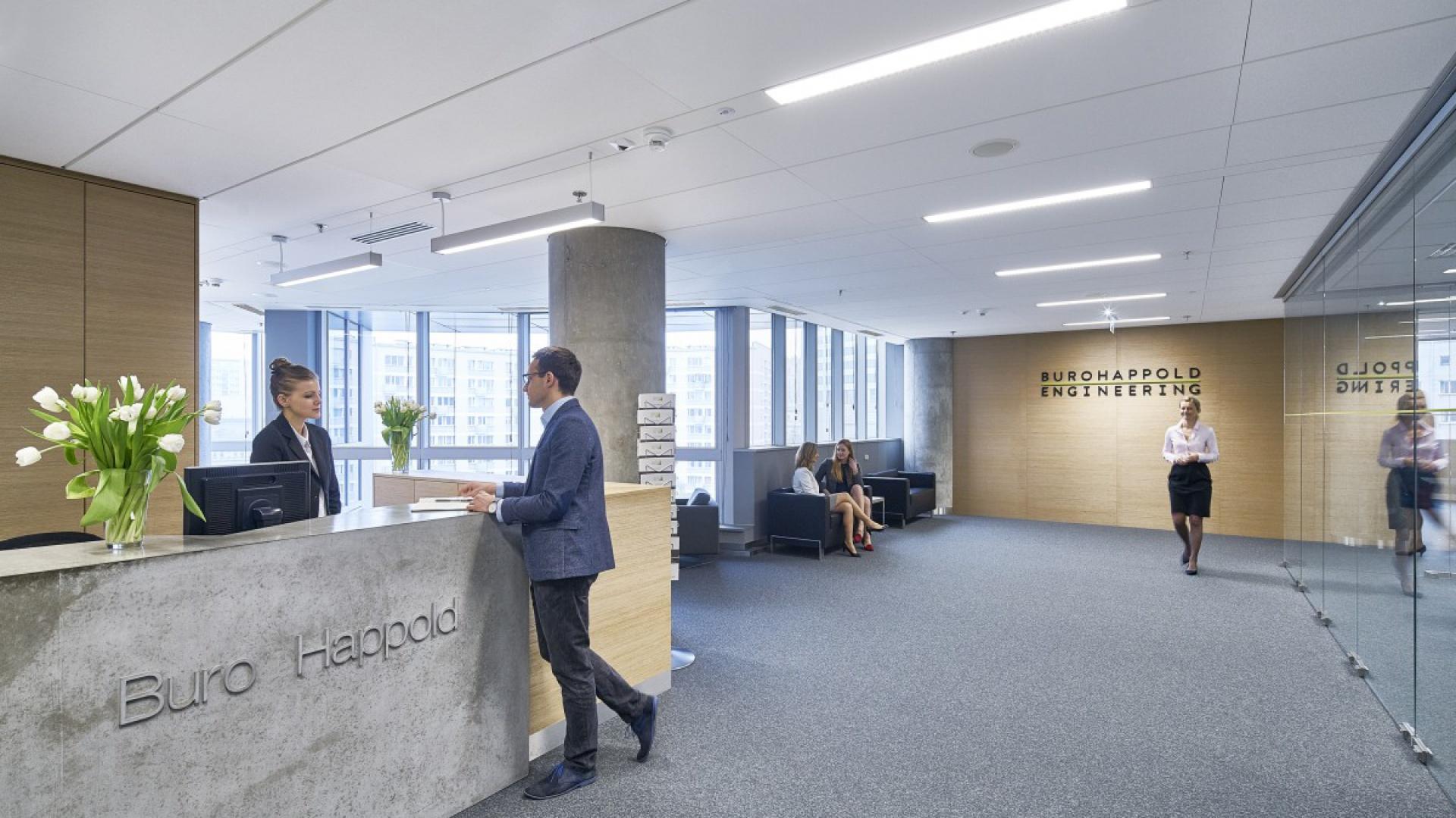 Na 6 piętrze budynku gości wita przestrzenna recepcja. Fot. BuroHappold Engineering