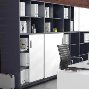 System do frontów przesuwnych SysLine S świetnie sprawdza się m.in. w meblach biurowych, gdyż pozwala zaoszczędzić miejsce, którego wymagają do otwarcia fronty montowane na zawiasach. Fot. Hettich