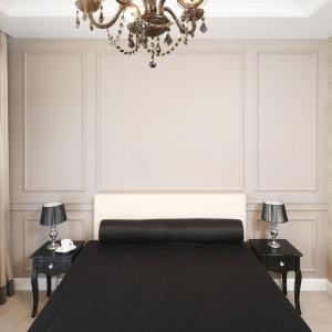 W tej sypialni domownicy mogą się poczuć jak w innej epoce. Ścianę za łóżkiem zdobią bowiem dekoracyjne sztukaterie. Projekt: Katarzyna Mikulska-Sękalska. Fot. Bartosz Jarosz