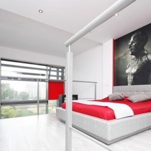 Wzdłuż linii wyznaczonych przez łóżko ścianę w sypialni pokrywa niezwykła grafika. Projekt: Monika Olejnik. Fot. Bartosz Jarosz