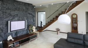 Łupek, trawertyn czy piaskowiec zastosowany jako dekoracja salonu nada wnętrzu niepowtarzalny charakter. Zobaczcie jak stosują go architekci wnętrz.