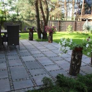 Doskonałym materiałem do wykończenia nawierzchni w ogrodzie są kostki brukowe oraz płyty tarasowe. Fot. ABW Superbruk