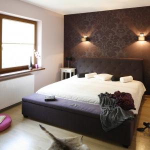 Ciemne kolory zastosowane w aranżacji sprawiają, że sypialnia wydaje się bardziej przytulna. Projekt: Jolanta Kwilman. Fot. Bartosz Jarosz