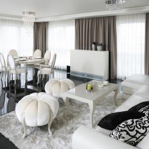Salon urządzony w stylu glamour ma piękną, połyskującą czarną posadzkę, na której stanęły meble w białym kolorze. Projekt: Katarzyna Uszok. Fot. Bartosz Jarosz