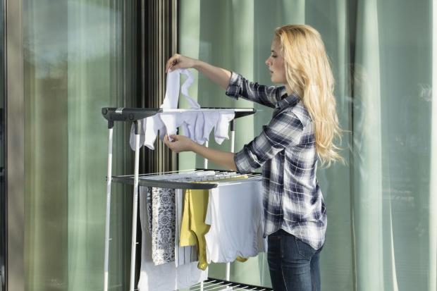 Suszenie prania na powietrzu latem jest świetnym rozwiązaniem. Pozwoli zaoszczędzić energię elektryczną, a przy tym jest korzystne dla samych ubrań.