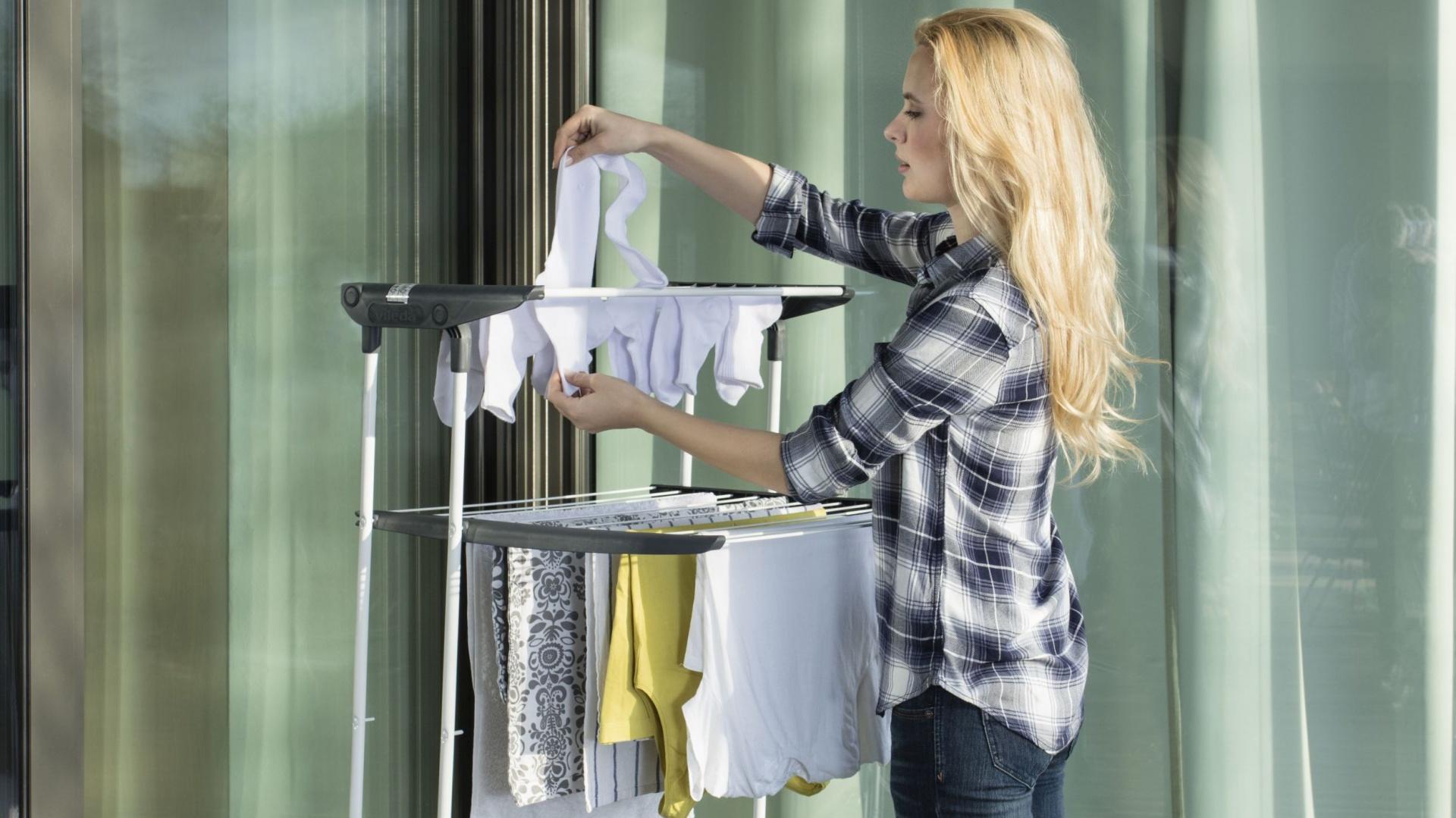 Suszenie prania na zewnątrz jest ekologiczne, a ubrania tak wysuszone świeże i wolniej się niszczą. Fot. Vileda