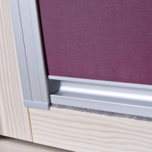 Poddasze użytkowe pełne światła to zapewne marzenie niejednej osoby budującej dom. Warto jednak wcześniej wyposażyć okna dachowe w rolety, które będą odpowiednio dozować ilość promieni słonecznych docierających do pomieszczenia. Roleta Okpol D37 Fot. Okpol