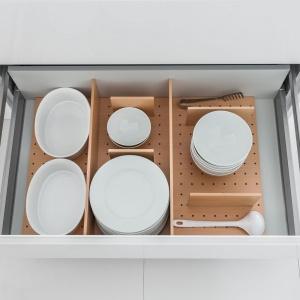 Szuflada wyposażona w specjalne wkłady, które utrzymują zastawę stołową w nieruchomej pozycji.  Przegródki można dopasowywać do wielkości talerzy. Fot. Hafele