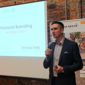 Na zakończenie części prezentacyjnej Tomasz Telej z Lubelskiej Fundacji Wspierania Biznesu i Współpracy Międzynarodowej pokazał projektantom jakimi zasadami warto się kierować, by zadbać o budowę swojej marki osobistej.