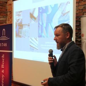 Dariusz Jędrzejczak z firmy Mochnik przybliżył zebranym profil działalności firmy i jej możliwości produkcyjne w zakresie obróbki szkła,  zaprezentował m.in. szkło lakierowane wykorzystywane w wystroju wnętrz.