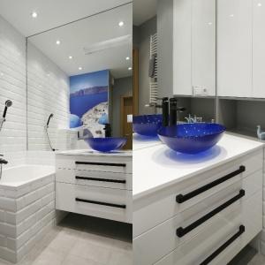 Aby podkreślić charakter łazienki w starej kamienicy wybrano białe płytki imitujące stare kafle. Projekt: Ewelina Para. Fot. Bartosz Jarosz