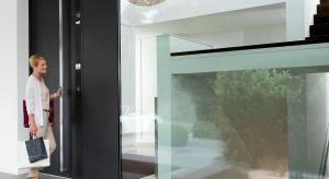 Obowiązującym trendem w nowoczesnej architekturze jest dbałość o każdy szczegół, przy zachowaniu maksymalnej funkcjonalności rozwiązań. Nie inaczej jest w przypadku drzwi.