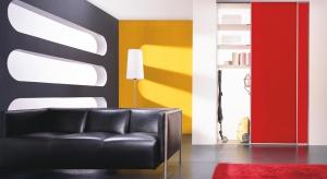 Zamiast przywiązywać się do utartych i standardowych stylizacji warto do mieszkania wprowadzić ciekawe akcenty kolorystyczne i nietuzinkowe materiały.