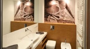Naturalne drewno ma wiele zalet – jego niepowtarzalny rysunek i wzór usłojenia sprawią, że łazienka będzie miała oryginalny charakter.