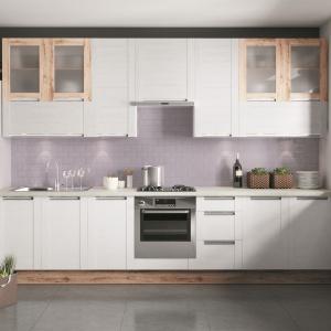 Białe fronty w matowym wykończeniu prezentują się efektownie. Na zdj. kuchnia z linii Olivia. Fot. KAM