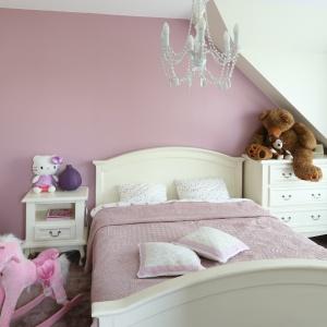 Różowe ściany i białe, stylizowane mebelki są podstawą aranżacji tego pokoju dziewczynki. Projekt: Katarzyna Merta-Korzniakow. Fot. Bartosz Jarosz
