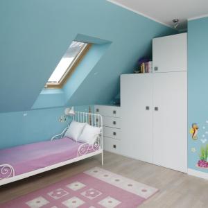Niebieskie ściany zdobią kolorowe naklejki z wizerunkami morskich zwierząt. Projekt: Beata Ignasiak. Fot. Bartosz Jarosz