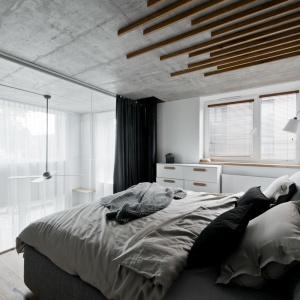 Z przeszklonej sypialni można wyglądać na salon. Projekt: arch. Indre Sunkodiene. Fot. Leonas Garbačauskas