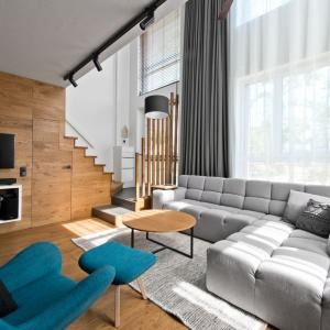 W salonie stanął duży szary narożnik o ciekawej układanki kwadratowych pikowań. Projekt: arch. Indre Sunkodiene. Fot. Leonas Garbačauskas