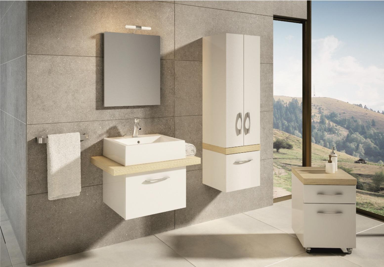 Łazienki nawiązujące do świata przyrody są najczęściej urządzone z wykorzystaniem materiałów wykończeniowych i elementów wyposażenia w bieli oraz naturalnych kolorach. Fot. meble Aquaform Merida (biel i legno jasne).